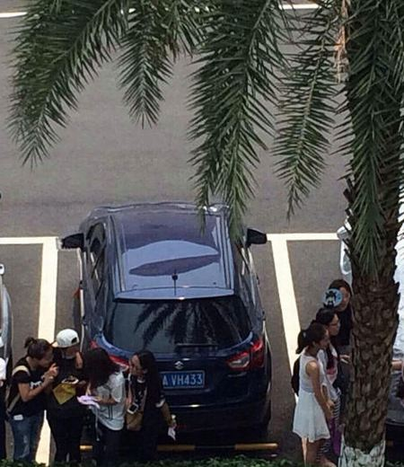 疯狂粉丝爬别人上车顶围观EXO 将车顶踩塌资讯生活